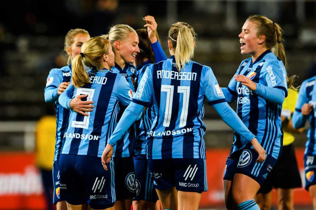 Julia Spetsmark (mitten) gratuleras av lagkamraterna e