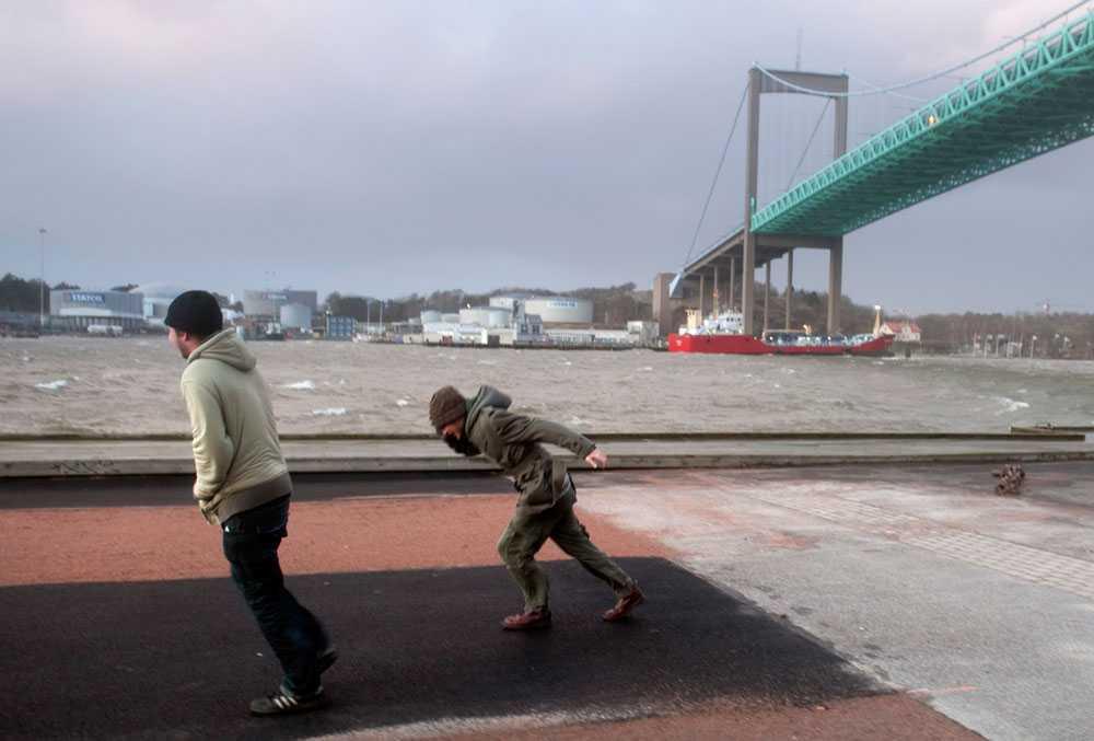 Motvind Älvsborgsbron är avstängd på grund av stormvindarna och folk har svårt för att gå i vinden under den i Göteborg på söndagen.