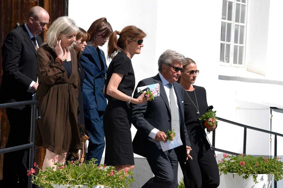 Lill-babs förs ut ur kyrkan.