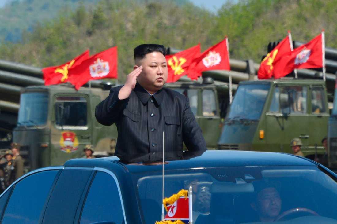 Spänningen i området ökar. På onsdagen släppte den Nordkoreanska officiella nyhetsbyrån KNCA bilder som visar militärövning i landet. Ledaren Kim Jong Un övervakade.