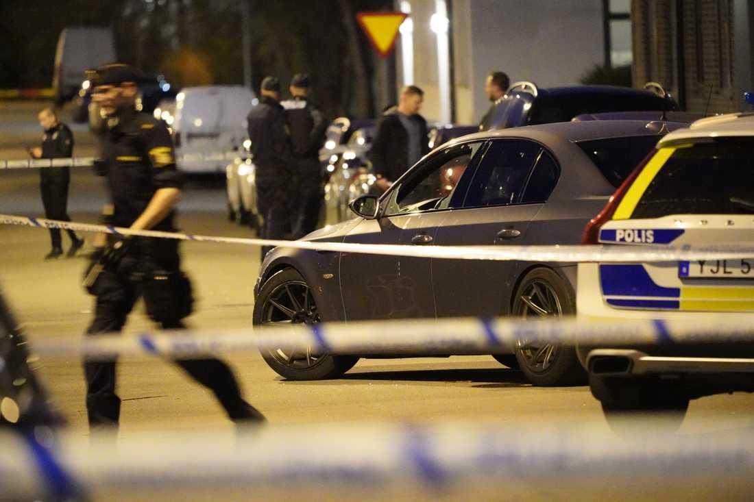 En man har hittats skottskadad i Landskrona.