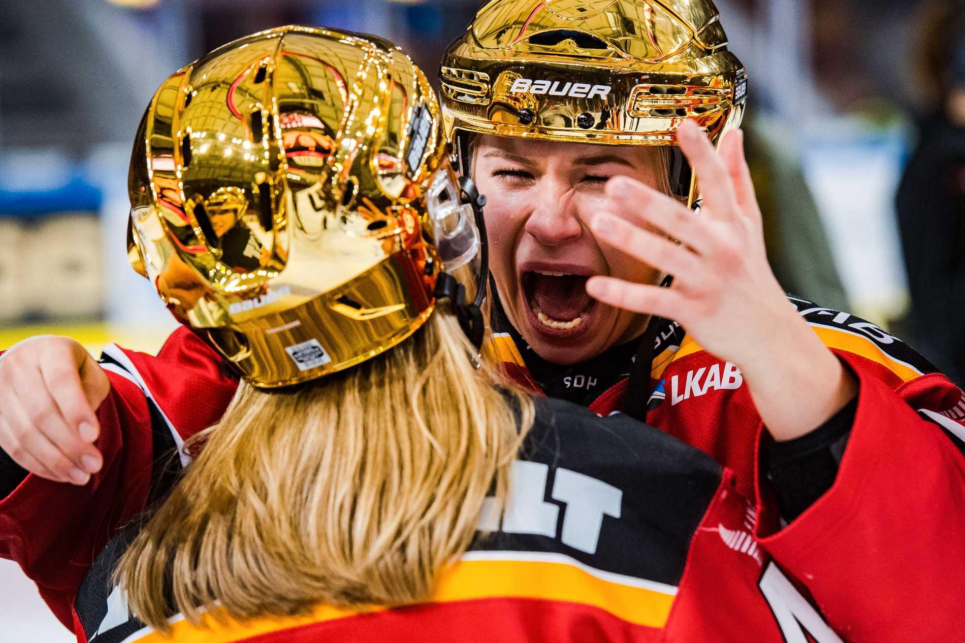 Luleås Nathalie Ferno och Ebba Berglund jublar efter final 5 i SDHL-slutspelet mellan Luleå och Linköping den 21 mars 2019 i Luleå.