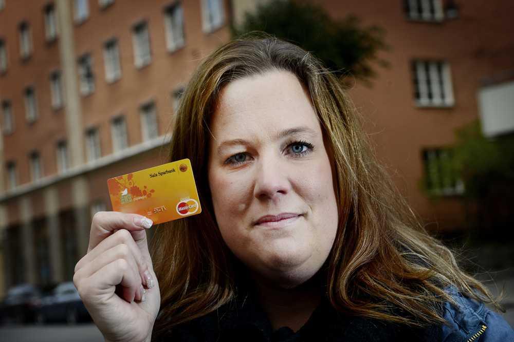 """BLEV AV MED 15 000 KRONOR Pernilla Nilsson, 30, råkade ut för en kortbedragare som tog hela familjens semesterkassa. Trots att hon inte har lämnat ut sina kortuppgifter till någon okänd vägrar banken ersätta henne. """"Jag känner mig kränkt och anklagad"""", säger hon."""