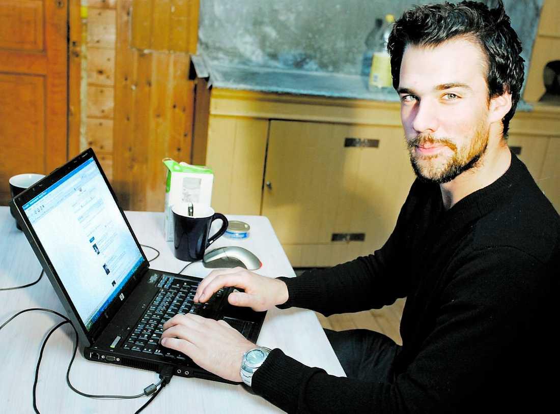 """TVÅ TIMMAR OM DAGEN Samuel Landqvist, 23, försöker använda Facebook med självdisciplin. Än så länge går det. """"Jag håller kontakten med vänner"""", säger han."""