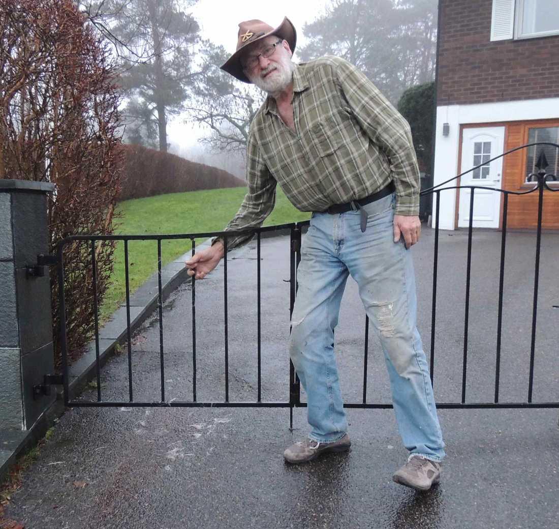 Arne Franklin hjälpte rådjuret utanför sin bostad i Billdal.
