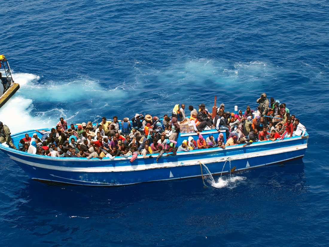 Migranter på väg till svenska kustbevakningsfartyget KBV 001 Poseidon i Medelhavet 2015. Arkivbild