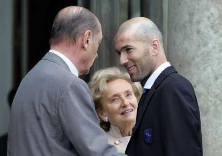 Ler igen En till synes avslappnad och glad Zidane dagen efter VM-finalförlusten och skandalskallen mot Italien.