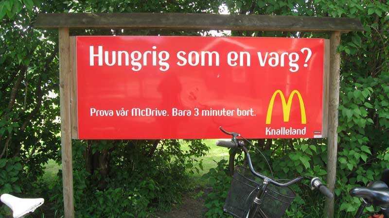 """""""Hungrig som en varg?"""" Utanför Borås djurpark satte McDonalds upp denna reklamskylt."""