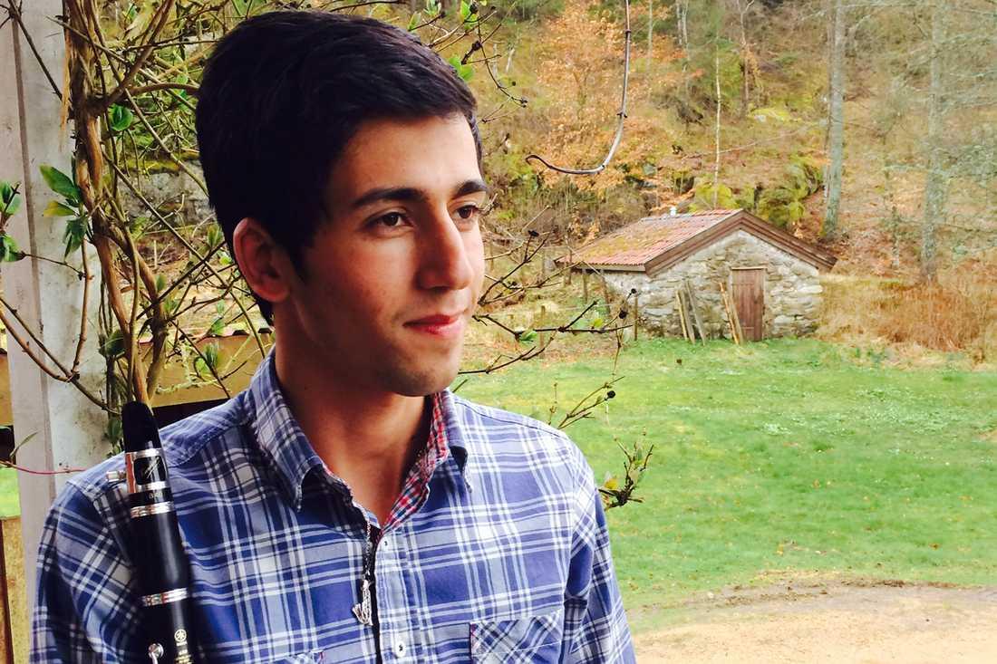 17-årige Sarkawt har adopterats –men enligt Migrationsverket räcker det inte för uppehållstillstånd.