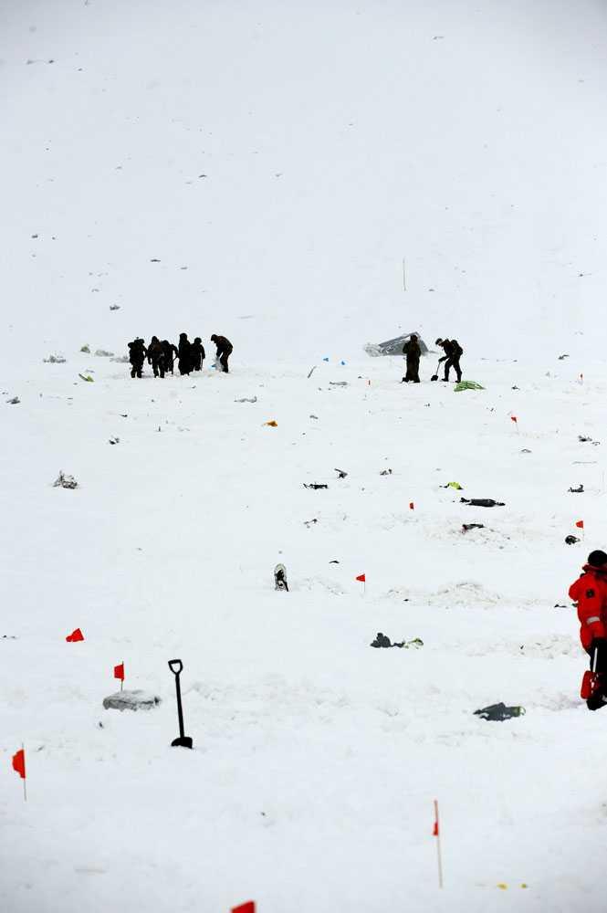 PÅ Kebnekaise ligger delar från planet utspridda. På en presskonferens meddelade polisen att de är övertygade om att alla ombord på det norska Herculesplanet är döda.