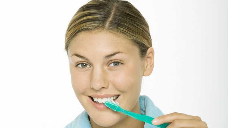 Fyra av tio borstar tänderna fel.