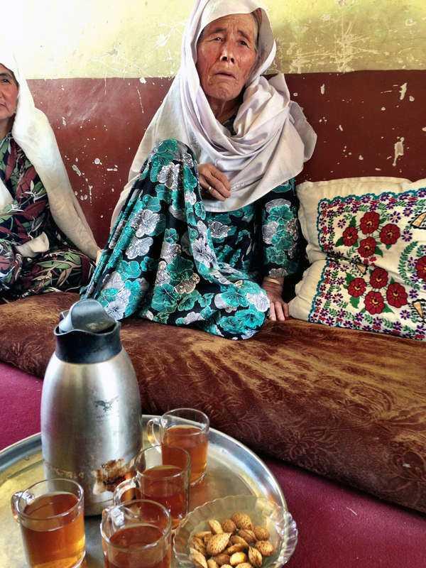 """Få vågar prata """"Vi har levt hela våra liv i mörker"""", berättar byns äldsta kvinna, 61-åriga Fatima, under ett kvinnomöte i Nowabad."""