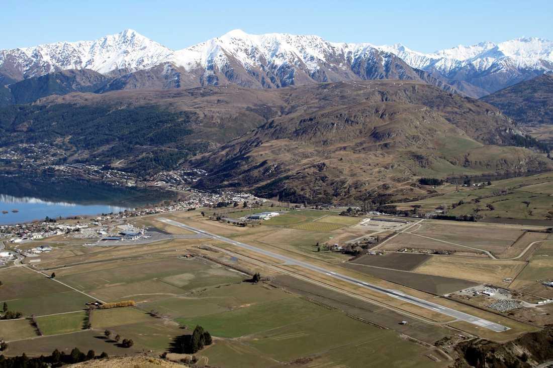 """Queenstown Airport, Queenstown på Nya Zeeland Ligger i skuggan av bergskedjan Remarkables, känd från filmatiseringen av """"Sagan om ringen"""". Här känner passagerarna verkligen av suget när planet hastigt sjunker. Dåligt väder och massor av fåglar spär på thrillerfaktorn."""