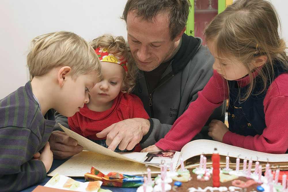 Att barn som får syskon fortfarande bara har rätt till de lagstadgade 15 timmarna på förskola i veckan i de flesta svenska kommuner känns förlegat, skriver dagens debattör.