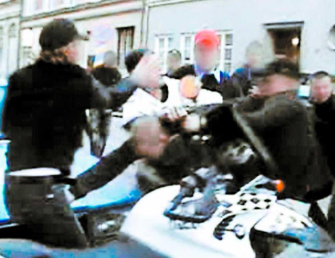 Ofta filmas våldet och läggs ut på internet.