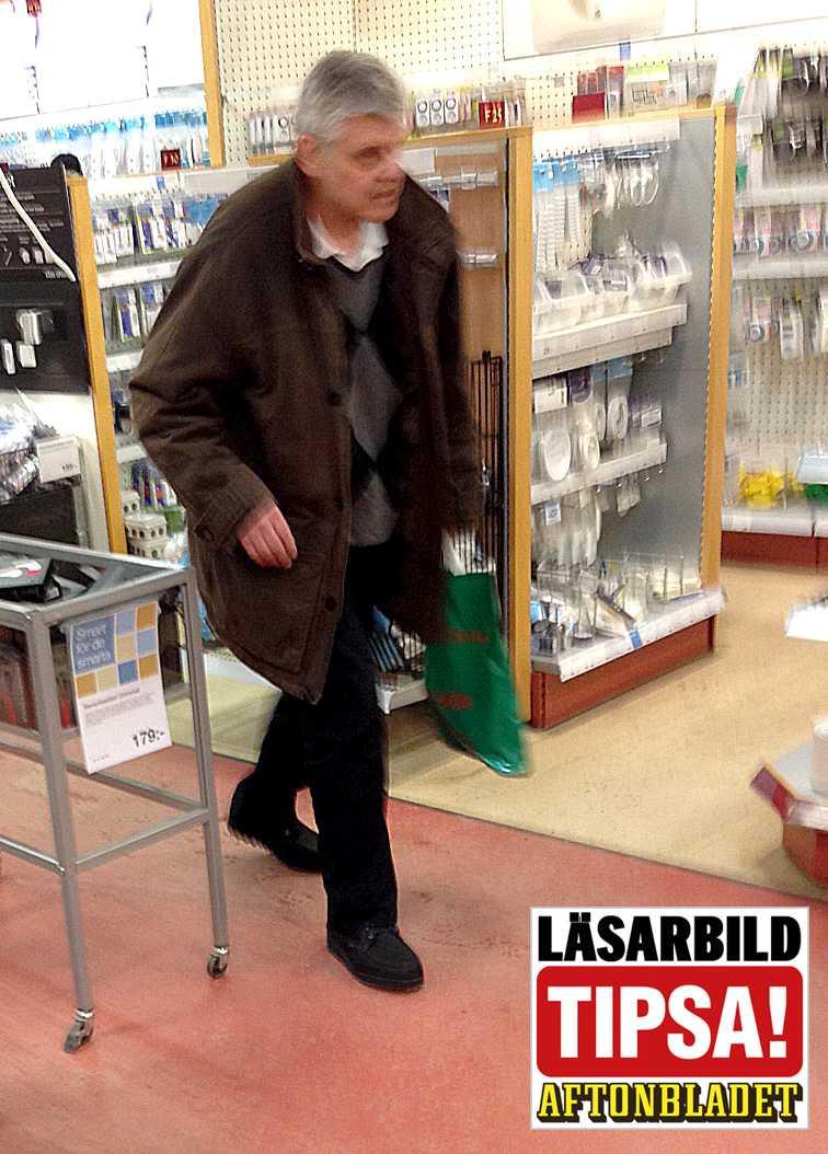 Tidigare under lördagen gick den före detta polismästaren i butiker och promenerade runt i en galleria.