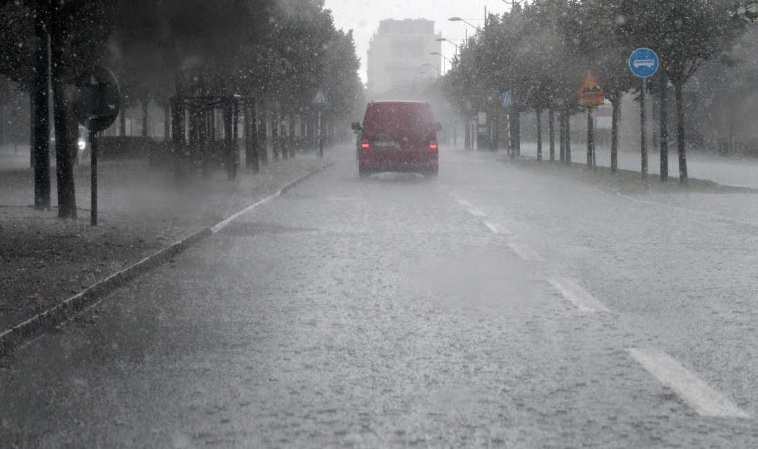 Sommardäck till minibussar och skåpbilar presterar dåligt på våta vägbanor. Arkivbild.