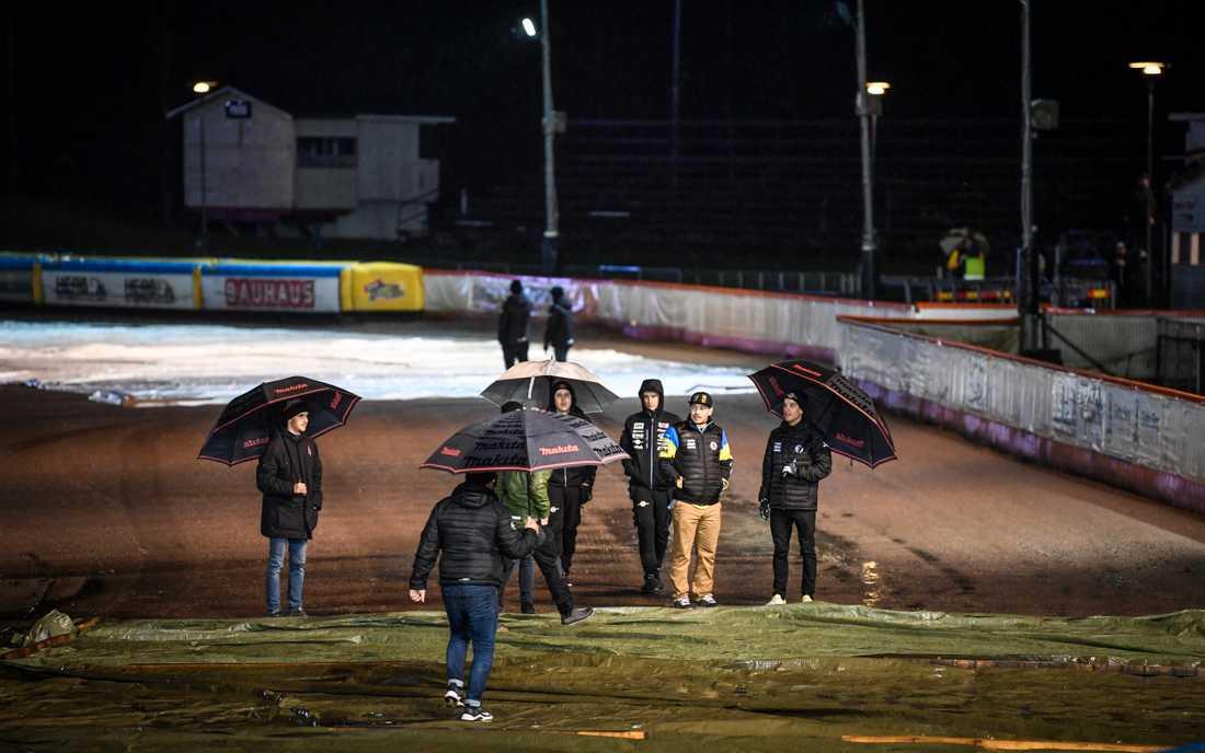 Regn försenar tisdagens första SM-final i bäst av två mellan Indianerna och Masarna i Kumla.