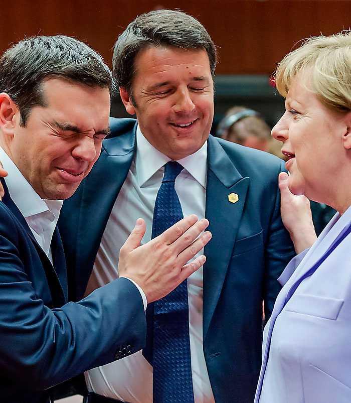 Italiens premiärminister Matteo Renzi i mitten språkar med Greklands premiärminister Alexis Tsipras och Tysklands förbundskansler Angela Merkel under gårdagens möte i Bryssel. På söndag är det dags igen.