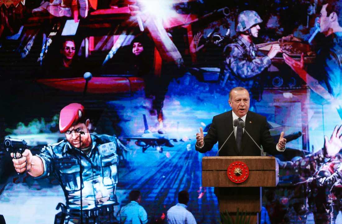 Turkiets president Recep Tayyip Erdogan håller ett tal på en ceremoni i Ankara den 13 juli, knappt ett år efter den misslyckade statskuppen.