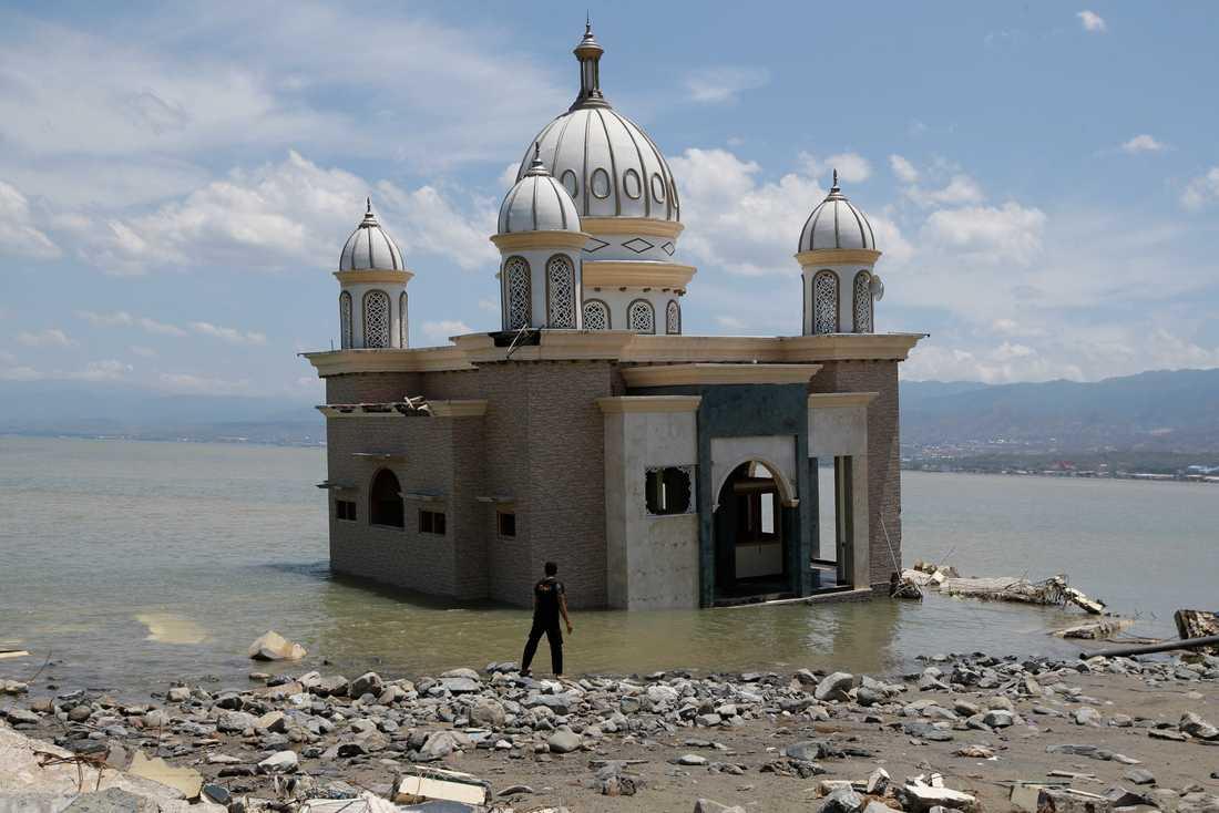 En moské har isolerats av översvämningen efter ett jordskalv i Palu, Sulawesi, den 5 oktober 2018.