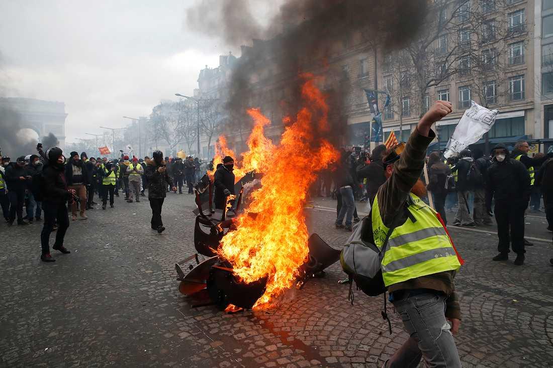 Gula västarna demonstrerar.