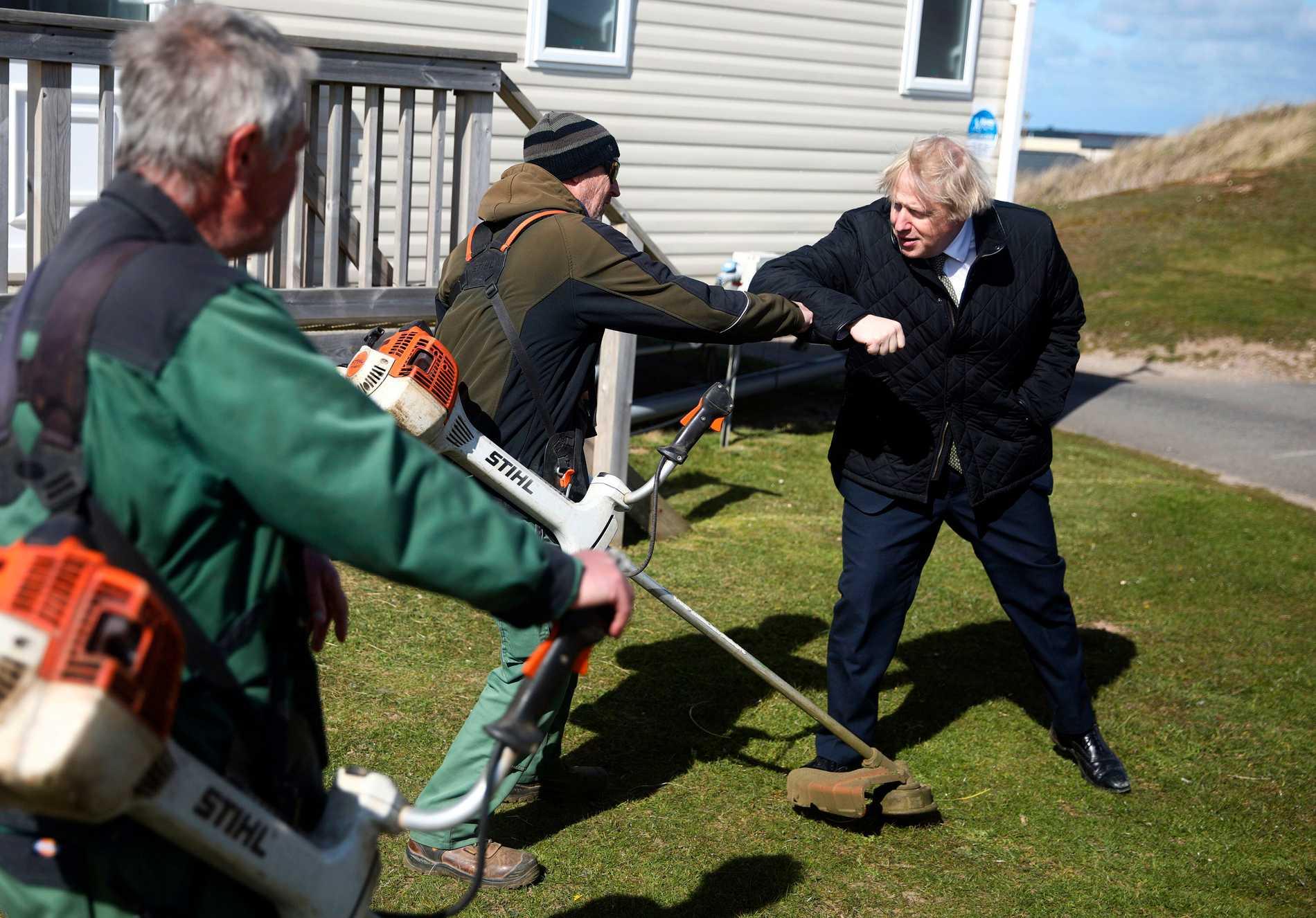 Under ett besök i Cornwell passade Boris Johnson på att hälsa på parkarbetare...