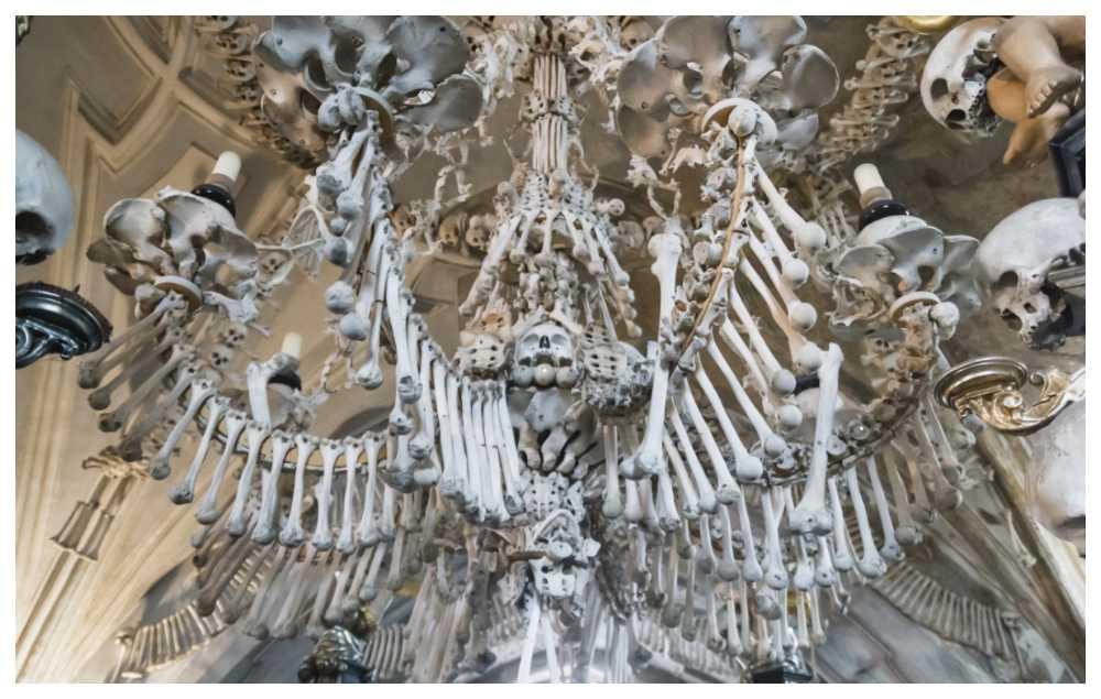Kapellet i Sedlec är dekorerat och inrett med skelettdelar.