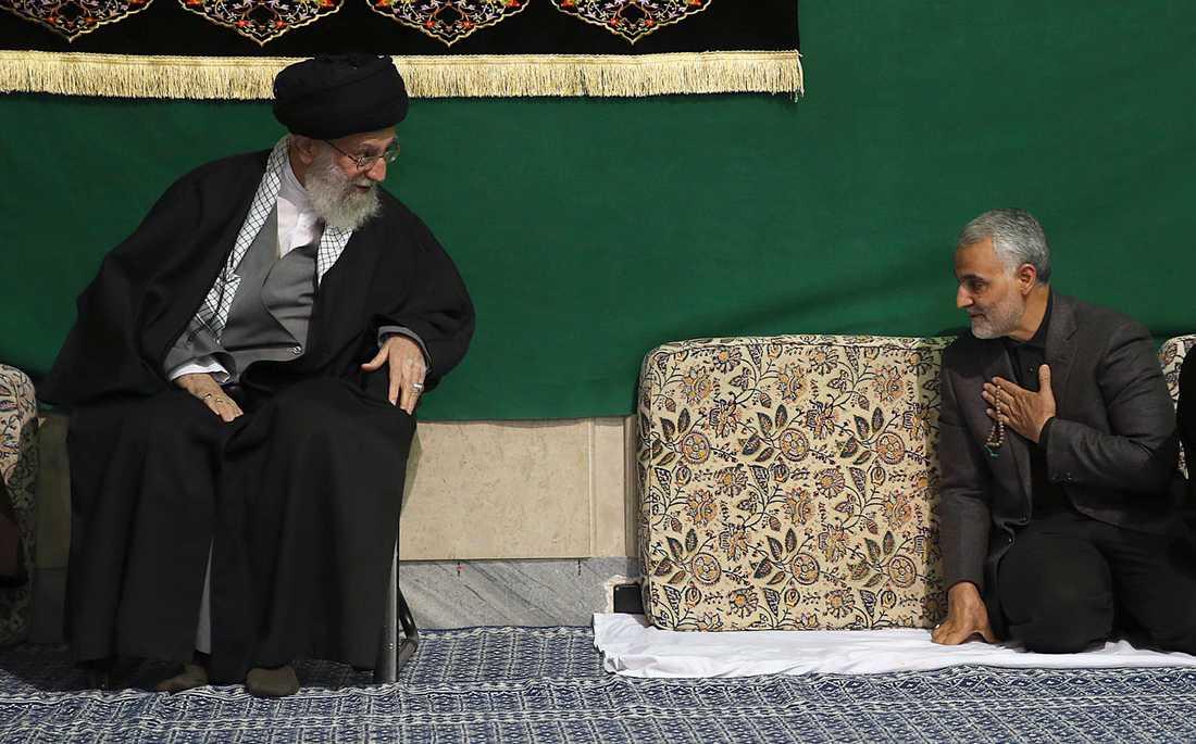 Irans högste ledare ayatolla Ali Khamenei under ett möte med Qassem Soleimani 2015. Bilden har distribuerats av Ali Khameneis kansli.