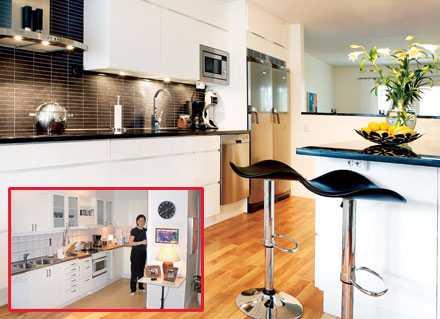 FÖRE OCH EFTER Fyra veckor tog det att förvandla det gamla instängda köket (infällda bilden) till det nya moderna. Köket kommer från Kvik och kostade cirka 90 000 inklusive vitvaror och fläkt (Nordin & Ölwing). Granitskivorna gick på cirka 16 000 kr. De rostfria vitvarorna kommer från Electrolux och spishällen från Miele. Barstolarna finns att köpa hos Ilva för 879 kr/st.
