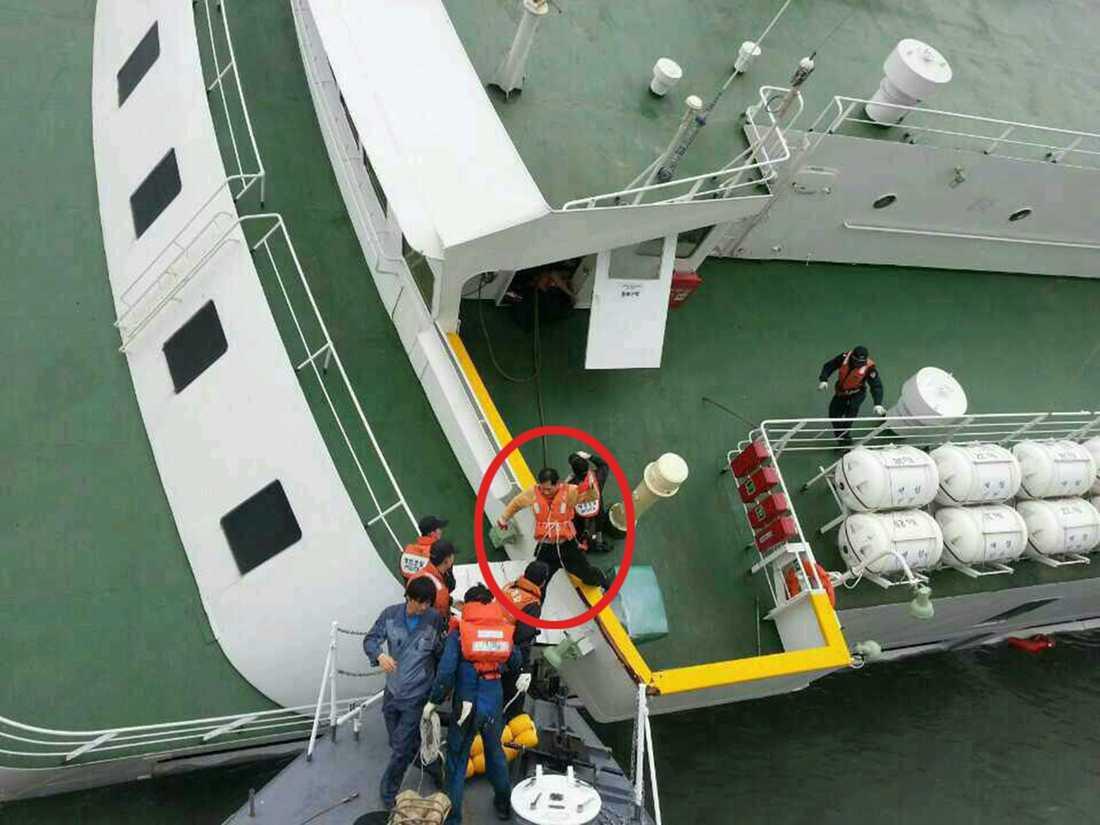 Kaptenen fångas på bild när han överger den sjunkande färjan.