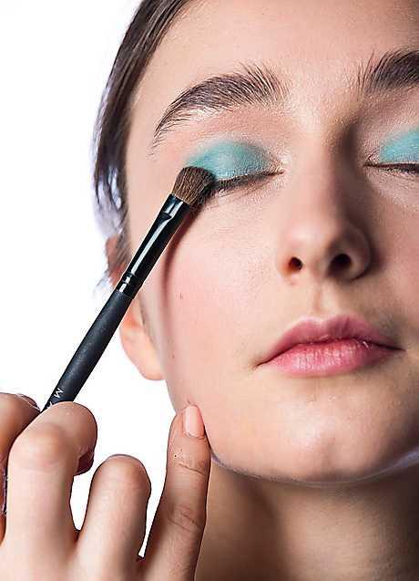 1. Applicera en turkosgrön skugga över hela ögonlocket.