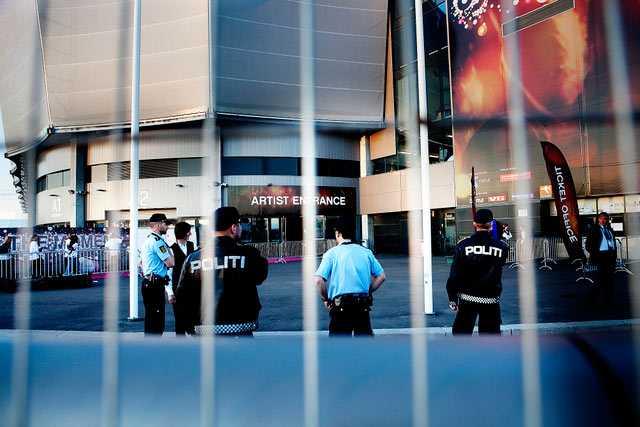 Polis utanför arenan efter att Jimmy Jump slagit till mitt under finalen.