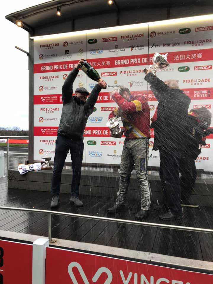 Här duschar tränaren Timo Nurmos kusken Björn Goop och ägaren Rolf Andersson i champagne.
