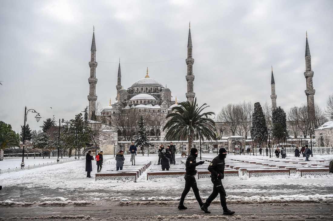 Mycket snö har fallit över Istanbul, här syns Blå moskén i snöskrud.
