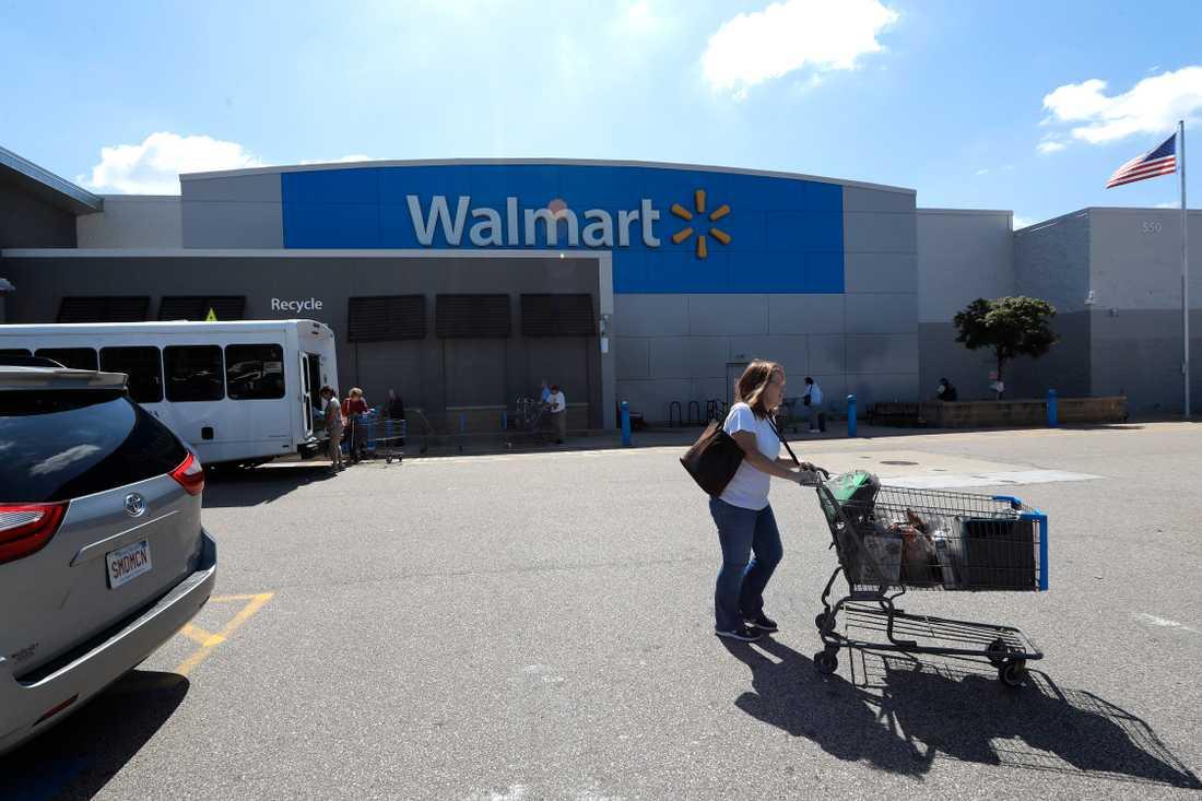 En kund utanför en Walmartbutik i Massachusetts, USA. Detaljhandelskedjan har beslutat att sluta sälja ammunition till vissa vapen.
