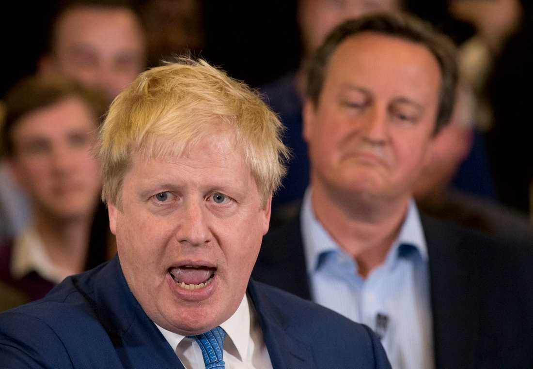Storbritanniens premiärminister Boris Johnson med tidigare premiärministern David Cameron i bakgrunden. Arkivbild.