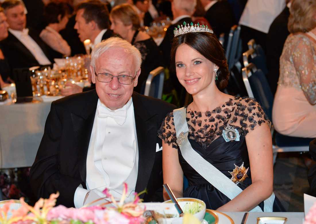 Prinsessan Sofia med professor Tomas Lindahl till bords i Blå hallen vid Nobelbanketten i Stadshuset i Stockholm på torsdagen.