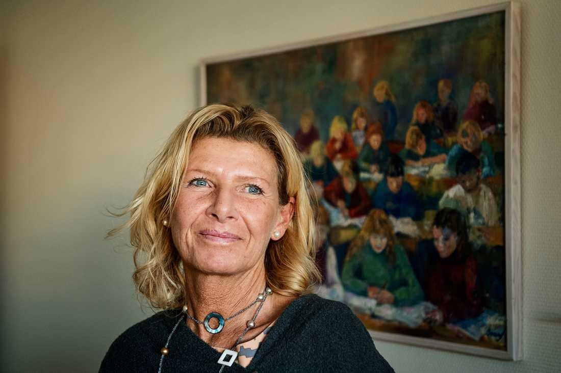 Claudia Holm, rektor på Kyrkbackskolan, har löst lärarkrisen med hjälp av nyanlända.