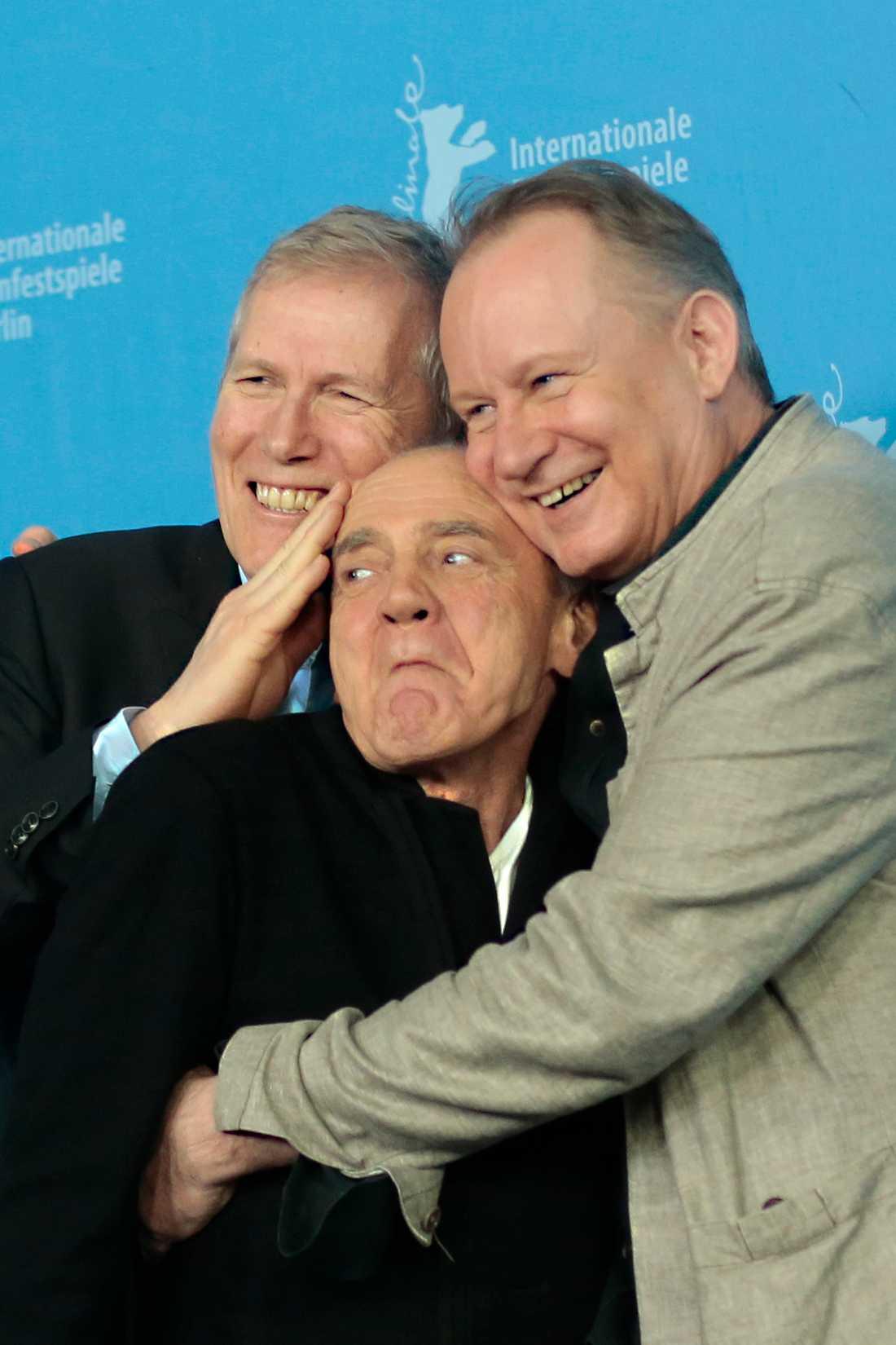 """Stellan Skarsgård och regissören Hans Petter Moland kramar om Bruno Ganz i samband med filmen """"Order of Disappearance""""."""