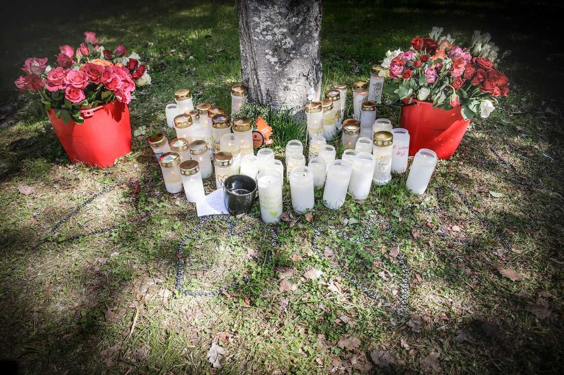 Blommor och ljus har ställts upp vid skolan.