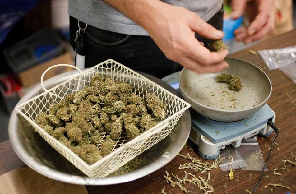 Lagligt? Marijuana förbereds för försäljning i San Francisco. Från och med i morgon kan det bli lagligt att inneha upp till 28 gram om man är över 21 år gammal.