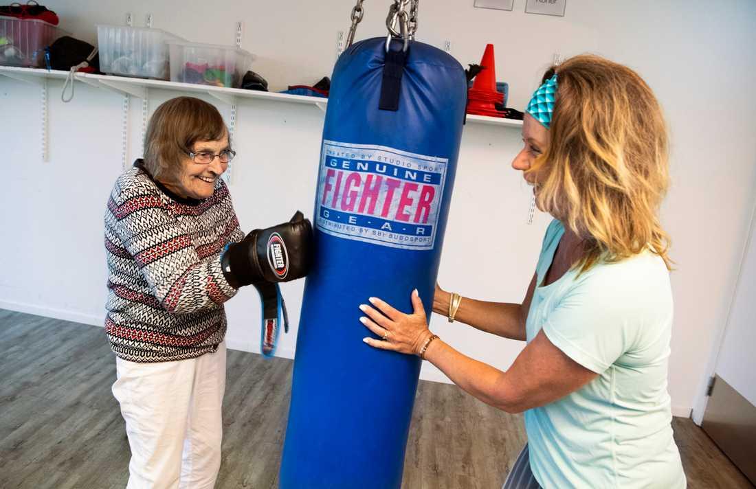 """Kerstin Hellgren, 97 år, deltar på Body Joys träning för de som är över 90 år som leds av Monica Elsinga. """"Inte kan väl gamla damer boxas, tänkte jag när vi drog i gång gruppen. Men det är ju klart de kan"""", säger Monica Elsinga."""