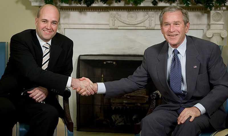 """fick beröm i enrum Statsminister Fredrik Reinfeldt mötte dåvarande amerikanske preidenten George Bush 2006. Bush fick rådet att tacka Reinfeldt för informationsutbytet mellan USA och Sverige – men det skulle ske i enrum för att undvika """"inhemsk kritik"""". Bilden togs vid ett möte 2007."""