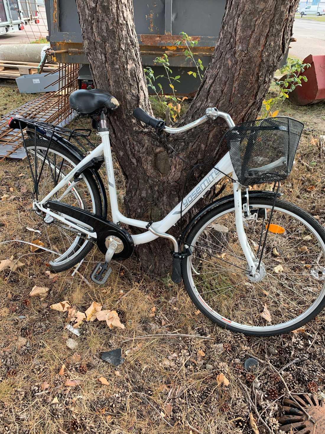 Cykeln hade lagt sig som en brygga över henne.