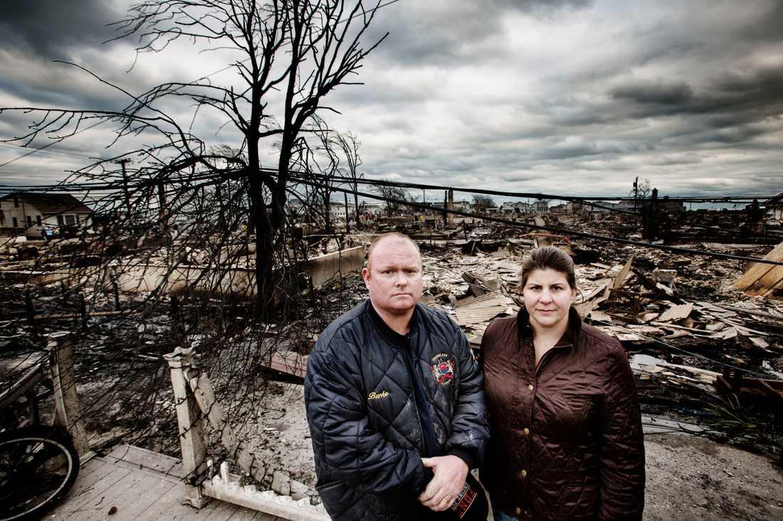 Paret Kieran och Jennifer Burke framför spillrorna av deras hus.