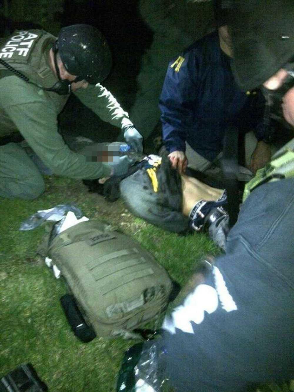 Dzjochar Tsarnajev strax efter gripandet. Han fick svåra skador i samband med insatsen.