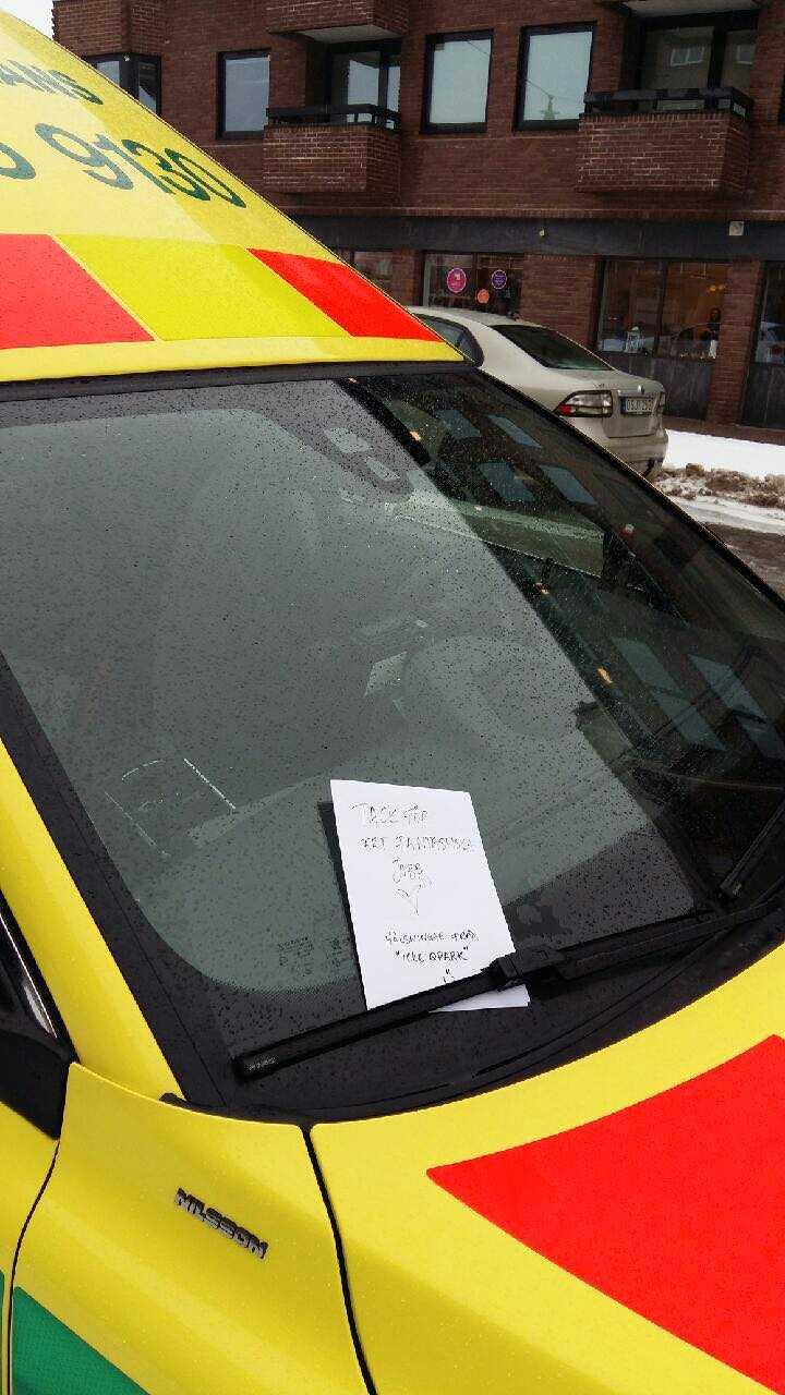 Malin bestämde sig för att sprida kärlek till ambulanspersonalen.