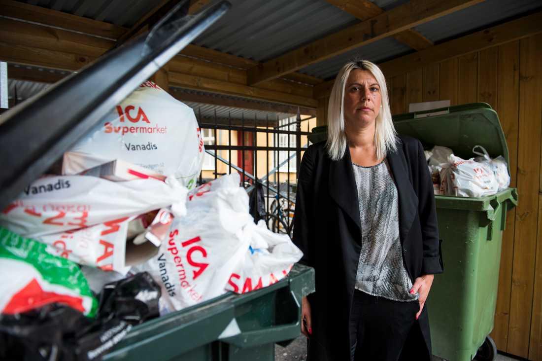 Sopstrejken är i full gång i Stockholm. Linda Intsidou i Vasastan visar upp soporna på föreningens innergård. Foto Felipe Morales