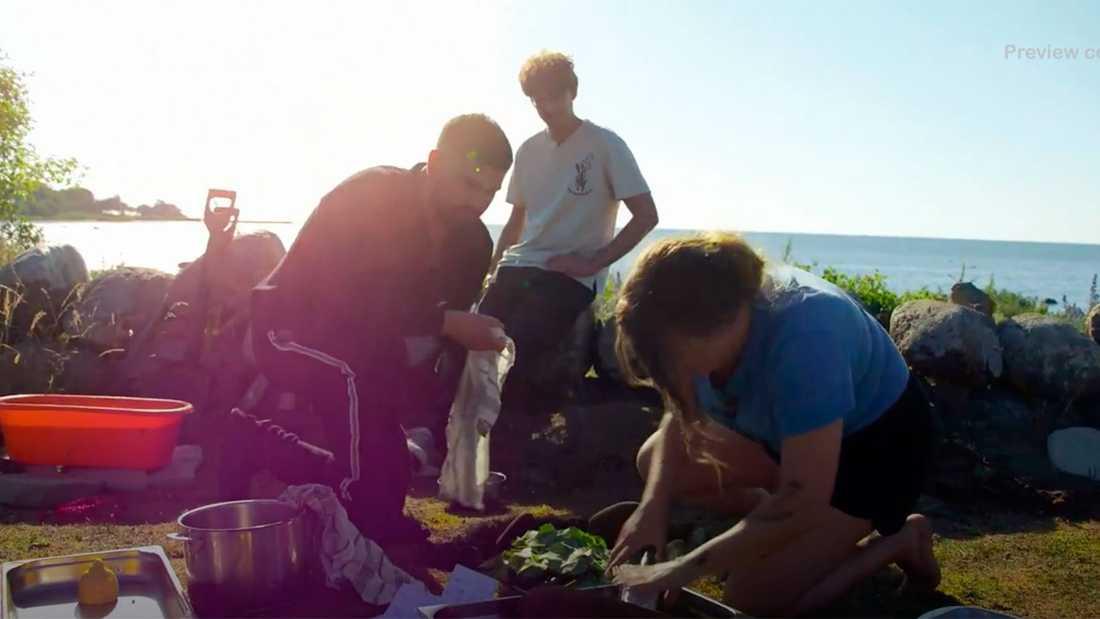 Medan de andra deltagarna hjälps åt med att laga mat...
